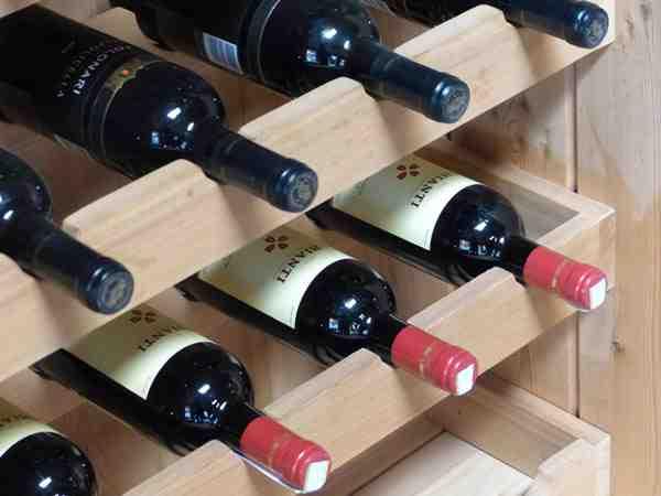 Comment l'hygrométrie est-elle régulée dans une cave à vin?